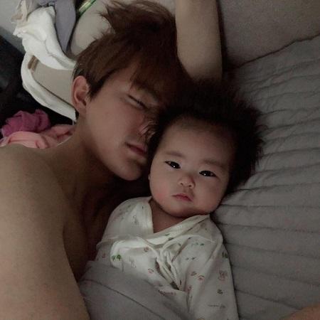 韓国女優ハム・ソウォンが夫ジンファ、愛娘ヘジョンちゃんと一緒の日常を公開した。(提供:news1)