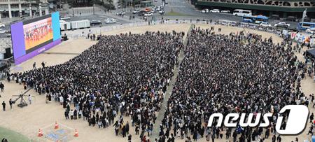 """韓国ボーイズグループ「防弾少年団」が、再び世界中のファンと共に""""ARMYPEDIA""""グローバルイベントをおこなった。(写真提供:news1/写真は10日にソウル広場で開催された「RUN ARMY in ACTION」の様子。)"""