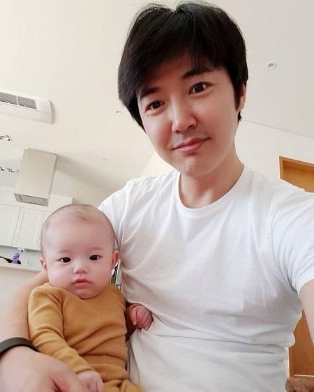 俳優ユン・サンヒョン、そっくりな息子との写真を公開(提供:OSEN)