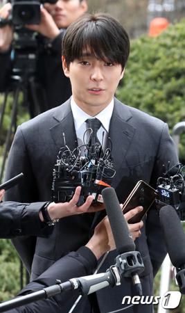 飲酒運転もみ消しと賄賂供与疑惑が浮上している韓国歌手チェ・ジョンフン(元FTISLAND、29)が、警察に再び出頭した。(提供:news1)