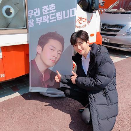 韓国ボーイズグループ「2PM」メンバーのジュノ(29)が、先輩俳優チャン・ヒョク(42)に感謝の気持ちを伝えた。(提供:OSEN)