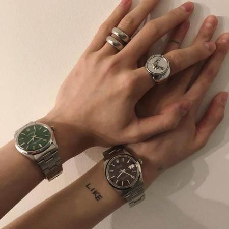 """イドン、恋人ヒョナから贈られた""""ペア時計""""を公開 「ありがとうございます」(画像:OSEN)"""