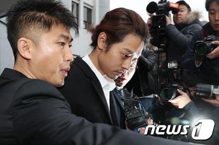 韓国の検察が歌手チョン・ジュンヨン(30)が違法撮影物を共有したメッセンジャーのグループチャットルームに参加した歌手キム某氏(25)を呼んで調査する方針だ。