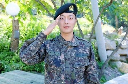 ユン・ドゥジュン(Highlight)、模範的な軍服務で3か月はやい「上等兵」進級(画像:OSEN)