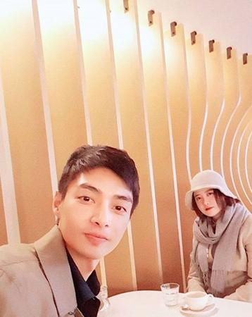 韓国俳優キム・ジュンが、女優ク・ヘソンとの2ショットを公開し、話題を呼んでいる。 (写真提供:OSEN)