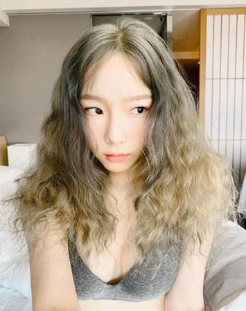 韓国ガールズグループ「少女時代」のテヨンが驚きのランジェリーファッションを披露し、話題を呼んでいる。(写真提供:OSEN)