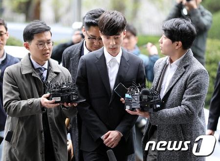 わいせつ物流布容疑の歌手ロイ・キム、警察に出頭「誠実に調査を受ける」(提供:news1)