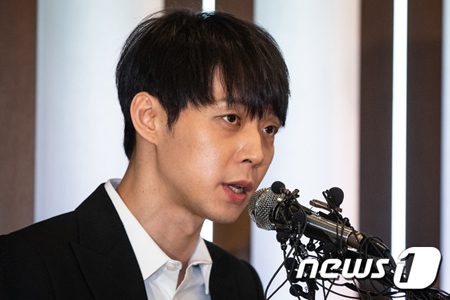 """韓国ボーイズグループ「JYJ」のパク・ユチョン(32)が、元交際相手であり薬物使用容疑で逮捕されたファン・ハナに薬物を勧めた""""芸能人A""""だと挙げられたことについて語った。"""