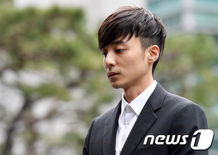 """韓国歌手V.Iやチョン・ジュンヨンらがメンバーの""""V.Iグループチャット""""に違法撮影物を流布した容疑で立件された歌手ロイ・キムが10日、警察に被疑者として出頭し、約4時間30分の調べを受けた。(提供:news1)"""