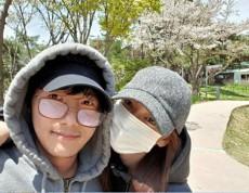 韓国俳優イ・サンウが、妻で女優のキム・ソヨンとのデート写真を公開し、話題になっている。(写真提供:OSEN)