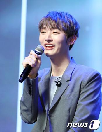 韓国プロジェクトグループ「Wanna One」元メンバーのユン・ジソンが、軍に入隊することになったとファンに報告した。(写真提供:news1)