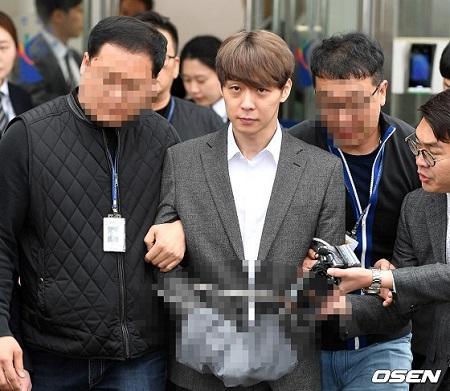 【速報】ユチョン(JYJ)、令状実質審査終え拘置所へ移送…手は拘束