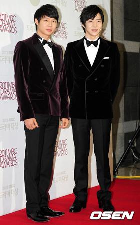 兄弟愛が深くて有名だった韓国歌手兼俳優のパク・ユチョン(JYJ、左)と弟のパク・ユファン(右)。兄が覚せい剤使用容疑で逮捕された状況でも、ユファンの愛はさらに強くなっているようだ。(提供:OSEN)