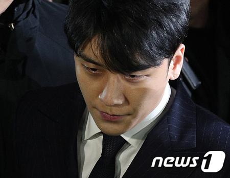 韓国歌手V.I(元BIGBANG、28)の法人資金横領疑惑を捜査中の警察が2日、V.Iを召喚して聴取をおこなっている。(提供:news1)