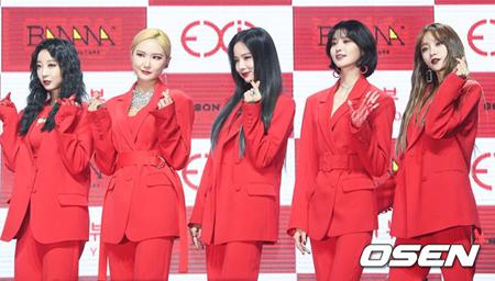 韓国ガールズグループ「EXID」のソルジとLE、ヘリンは現事務所と再契約し、ハニとジョンファは事務所を離れることになった。(提供:OSEN)