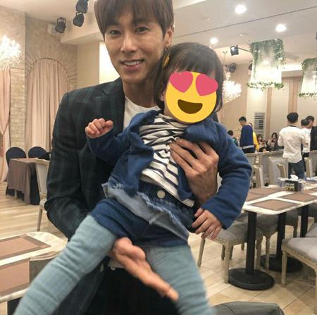 """韓国ボーイズグループ「東方神起」メンバーのユンホが姪っ子の誕生日パーティーで見せた""""情熱男""""ぶりが話題になっている。(写真提供:OSEN)"""