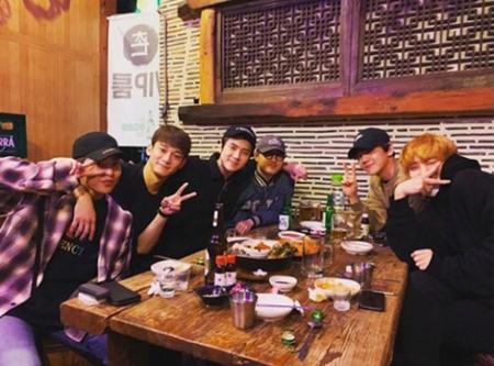 韓国ボーイズグループ「EXO」のメンバーたちが、XIUMINの入隊を前に固い友情を見せた。(写真提供:OSEN)