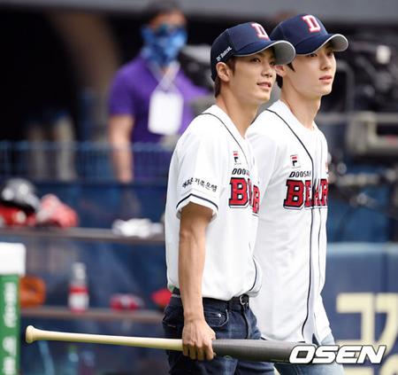 韓国ボーイズグループ「NU'EST」メンバーのミンヒョンとJRが野球場で観客を魅了した。(提供:OSEN)