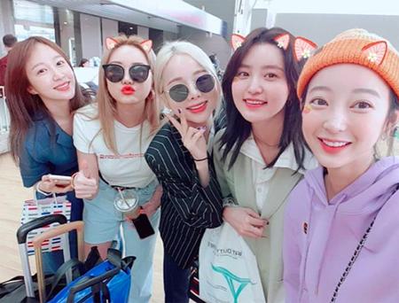 韓国5人組ガールズグループ「EXID」が、空港での写真を公開してファンを喜ばせている。(提供:OSEN)