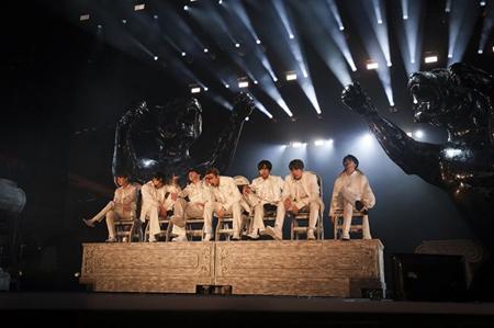 韓国ボーイズグループ「防弾少年団」が、ローズボールスタジアムでツアー「LOVE YOURSELF: SPEAK YOURSELF」の幕を開けた。(提供:OSEN)