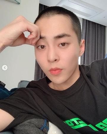 韓国ボーイズグループ「EXO」メンバーのXIUMINが、短髪姿を公開した。(提供:OSEN)