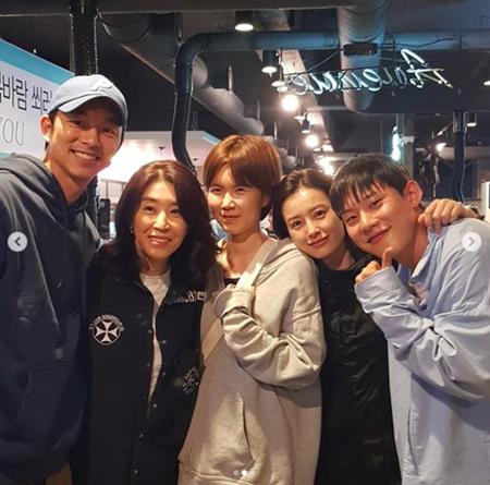 韓国女優キム・ミギョンが、映画「82年生まれ、キム・ジヨン」のクランクアップの会食の現場を公開し、話題になっている。(写真提供:OSEN)