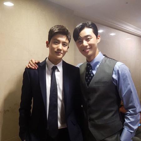 韓国俳優パク・ヒョンシク(ZE:A)が、親友たちから初主演映画「陪審員たち」を応援してもらっている。(提供:OSEN)