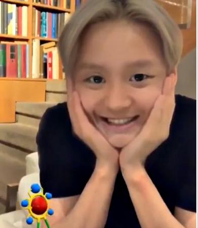 韓国歌手キム・ジュンス(JYJ)が、韓国芸能界で大流行中の自身の顔を子どもに変える「子ども顔アプリ」を使った動画を公開した。(写真:キム・ジュンスSNS)