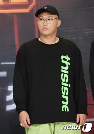 韓国のラッパーSwings(32)が、大学祭での公演中に学生が負傷したにも関わらず、公演を続けたことについて謝罪した。(提供:news1)