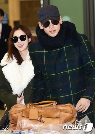 韓国歌手Rain(ピ)&女優キム・テヒ夫妻が、一緒にアメリカへと旅立ち、話題になっている。(写真提供:news1/写真は2017年1月のもの)