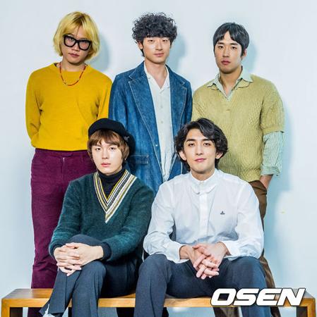 韓国バンド「JANNABI」の所属事務所が、いじめ騒動で脱退した元メンバーのユ・ヨンヒョン(後列左)と、実父の騒動の渦中にあるチェ・ジョンフン(前列右)に対する立場を明らかにした。(提供:OSEN)