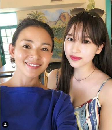 モデルのSHIHOと、ガールズグループ「TWICE」メンバーのミナがカフェで偶然会った写真が公開されて話題になっている。(写真提供:OSEN)