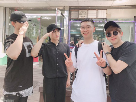 「2PM」チャンソン、ニックン&Jun.K&テギョンに見送られ入隊(提供:news1)