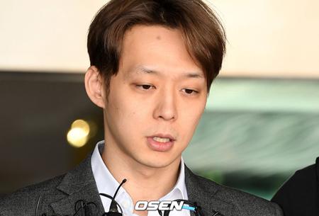 韓国歌手兼俳優として活動していたパク・ユチョン(33)が、拘束中の被疑者として法廷に立った。今は芸能人ではなく被告人だ。(提供:OSEN)