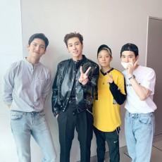 韓国歌手ユンホ(東方神起)のソロ活動を応援するために、所属事務所SMエンターテインメントの仲間が集まった。(提供:OSEN)