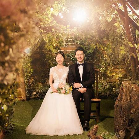 韓国女優チョン・アラと俳優カン・テソンが1年6か月の交際の末、15日に結婚式を挙げ、新たな俳優夫婦が誕生した。(提供:OSEN)