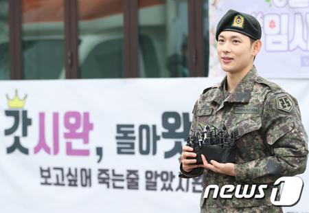 「ZE:A」メンバーで俳優のイム・シワン(30)が、軍服務中に一般兵士よりも休暇を多く取ったという騒動に関して、大統領行事企画諮問委員のタク・ヒョンミン氏が語った。(提供:news1)