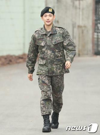 韓国ボーイズグループ「ZE:A」のメンバーで俳優のイム・シワン(30)が、軍服務中に一般兵士よりも休暇を多く取ったという騒動に関して、軍当局は規定を違反した休暇支給はなかったと明らかにした。(提供:news1)