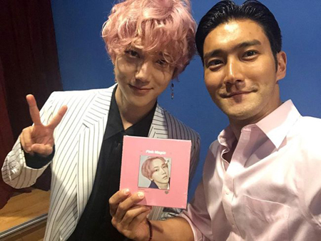 韓国ボーイズグループ「SUPER JUNIOR」メンバーのイェソンが、ニューアルバム「Pink Magic」を発売した中、他のメンバーたちがイェソンのソロ活動を応援している。(提供:OSEN)