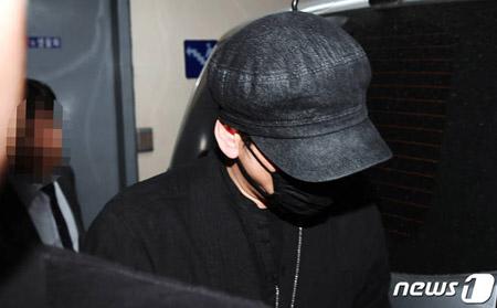 """ヤン・ヒョンソク元YG代表、9時間の聴取終えて帰宅… 取材陣の問いかけには""""無言"""""""