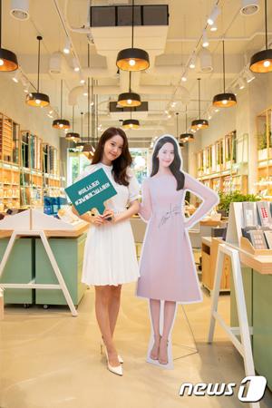 韓国ガールズグループ「少女時代」ユナが、化粧品ブランドのリニューアルオープンイベントに出席し、ファンと触れ合った。(提供:news1)