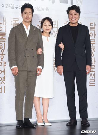 韓国俳優ソン・ガンホ(写真右)、パク・ヘイル(写真左)、女優の故チョン・ミソン(写真中央)が映画「殺人の追憶」以来16年ぶりに「わが国の語音」で共演するとあり、期待が高まっていた。(提供:OSEN)