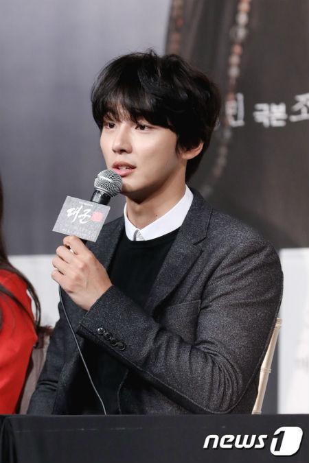 俳優ユン・シユンが故チョン・ミソンさんの遺体安置所を訪れ、弔問した。(提供:News1)