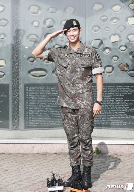 俳優キム・スヒョン、きょう(1日)除隊=大勢のファンが出迎え