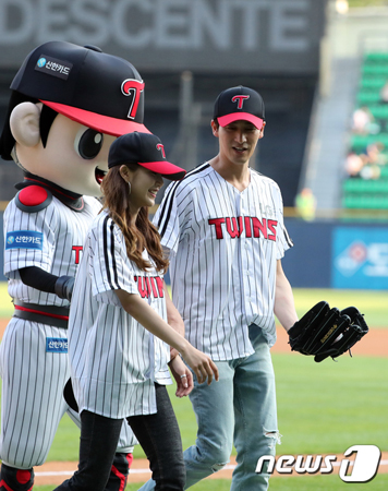 """韓国俳優オ・チャンソク(37)が、リアリティ番組「恋愛の味2」で共演中のモデルとして活動中のイ・チェウン(24)と""""本当の""""恋人になったことを明らかにした。(提供:news1)"""