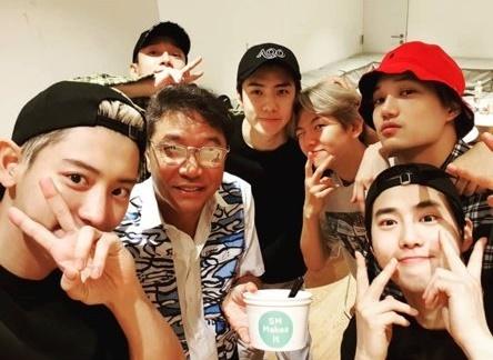 韓国芸能事務所SMエンターテインメントのイ・スマン会長が、ボーイズグループ「EXO」のコンサートのリハーサル現場を訪れた。(提供:news1)