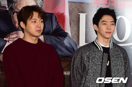 韓国歌手兼俳優パク・ユチョン(写真左)の実弟パク・ユファン(写真右)が公開した1枚の写真は誤解を呼ぶのに十分だった。(提供:OSEN)