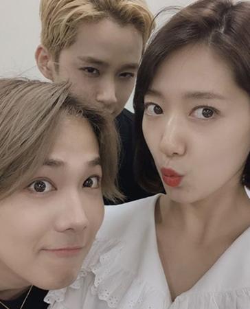 韓国バンド「FTISLAND」メンバーのイ・ホンギが、女優パク・シネとの仲の良さを見せ、話題になっている。(写真提供:OSEN)
