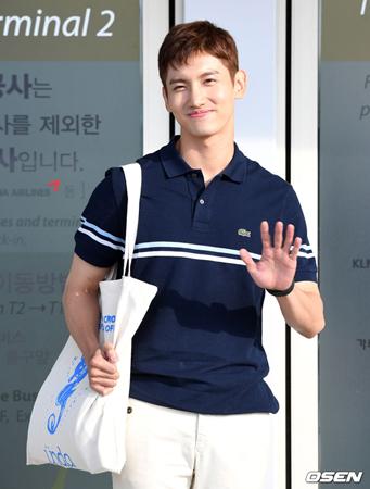 韓国ボーイズグループ「東方神起」メンバーのチャンミン(31)が、空港で見せたさわやかな笑顔が話題になっている。(提供:OSEN)