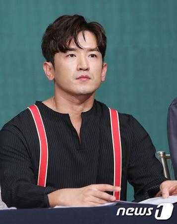 韓国グループ「SHINHWA」イ・ミヌが強制わいせつ容疑で警察に立件された中、まもなく調査を受けるため警察に出頭する見通しだ。(提供:news1)